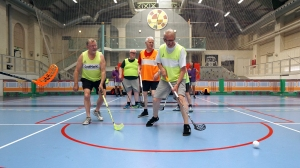 Floorball aeldre maend action01